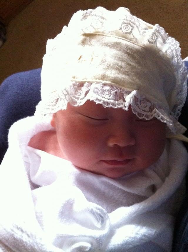 这么大的阳光也能睡着……Emma只好给她戴一顶帽子